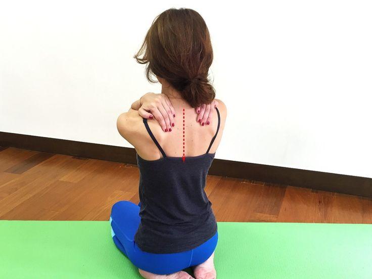 ■猫背さん向け肩こりストレッチ  -1  1. 右手は右肩、左手は左肩におきます。吐く息とともに肩甲骨、鎖骨を下げ5呼吸。猫背さんは肩が上がりがちで呼吸も浅いので、深い呼吸を意識しましょう。 猫背さんは、首や背中が丸まっています。つまり、背中や首の筋肉がいつも前に引っ張られ、肩甲骨が開いている状態。この背中を閉める動作で筋肉のバランスが取れ、コリがラクになります。さらに、いつも閉じている胸を開く動作で呼吸が深まり、気持ちも頭もスッキリとしてきます。  1. 右手は右肩、左手は左肩におきます。吐く息とともに肩甲骨、鎖骨を下げ5呼吸。猫背さんは肩が上がりがちで呼吸も浅いので、深い呼吸を意識しましょう。wing2  2. 指先は肩に乗せたまま、息を吸いながら両肘を耳の横あたりまで引き上げます。  wing3  3. 息を吐きながら、両肘を肩の高さに下げながら肘を大きく開きます。この時、肩甲骨を開く・閉じる働きをする菱形筋を締めます。1回でも十分ですが、胸が開いて気持ちがいい〜と思ったら3回ほど実践してみて下さい。