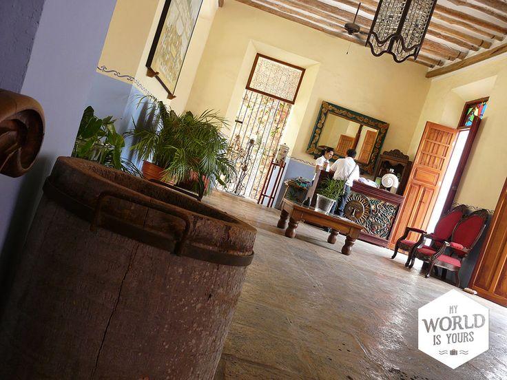 Middenin het centrum van #Vallodolid ligt #hotel El Meson des Marques. Met Franse balkonnetjes, kleurrijke schilderijen, een fris blauw zwembad en geboogde balustrades. Op de binnenplaats bevindt zich een sfeervol restaurant waar je goed kunt eten. #Mexico