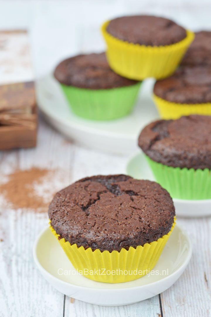 Zo bak je de lekkerste chocolade cupcakes en zo maak je ze wat platter om ze te versieren met een toef of met marsepein of fondant.  Recipe chocolate cupcakes
