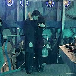 Matt and Jenna after filming his last episode <-- *cries*<<<LOOK AT HIS HAND!!! IT MOVES ToWARDs HER BUT GOES QUICKLY BACK TO HIS SIDE!!! HE WANTED TO HUG HER BUT HE COULDNT!!! *whispers* I think he likes her a lot*cries harder*