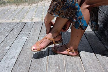 Sandalias planas de piel color cuero sujetas a tobillo. https://mecalzobien.es/producto/sandalia-plana-cuero-giuseppo/