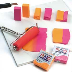Trucos y técnicas para modelar FIMO Lo básico… Amasar: Antes de modelar conviene amasar bien la pasta. Así FIMO adquire la elasticidad ideal para ser fácilmente modelable. FIMO puede ser mode…