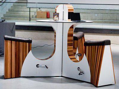 WeBike : faire du vélo en travaillant. Cette combinaison d'un bureau et d'un vélo d'appartement a été réalisé par la société nippone We-Watt et se présente comme une table de bureau équipée de sièges et de pédales.  Pendant qu'il travaille, un groupe d'individus peut alors faire des exercices en pédalant. L'installation fournit également du courant électrique, jusqu'à 30 watts d'électricité pour recharger ses appareils portables.
