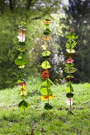 Simple garden project for kids. Collect 10 (or more) different leaves and string on a stick. Maybe just maybe this would work with clay/pottery designs too for a permanent outdoor art. So cute.