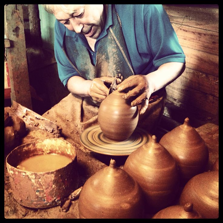 Artesano en greda trabajando en torno. Pomaire, Chile.