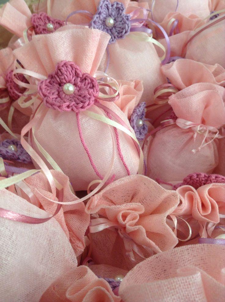 Μπομπονιέρα με χειροποίητο λουλούδι.