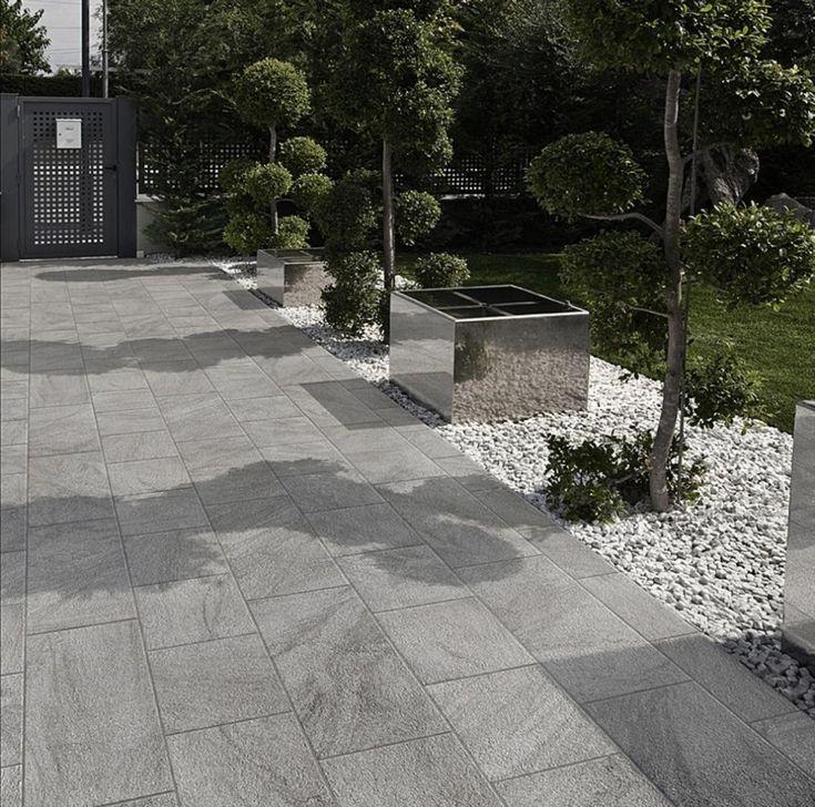 """Realizzazione di pavimentazione per vialetto esterno con piastrelle della collezione Stonetrack in colore grigio (30x60, 30x30, terminale a """"elle"""" 30x16, 5x3, 8h). I terminali a elle sono perfetti per la copertura degli spigoli vivi in ambienti esterni: la grafica della piastrella, infatti, continua lungo il bordo regalando una finitura a regola d'arte.  #gres #EffettoPietra #Outdoor #StoneEffect #CeramicsOfItlay"""