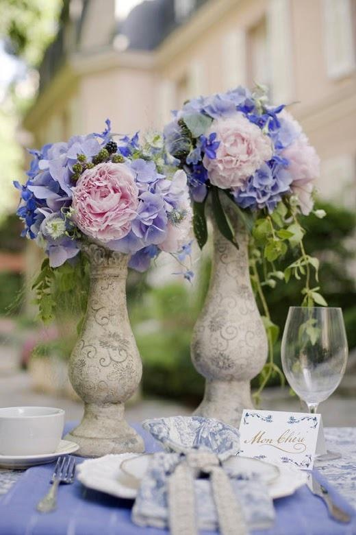 grijze betonnen vaasjes, pioenrozen en blauwe hortensia.