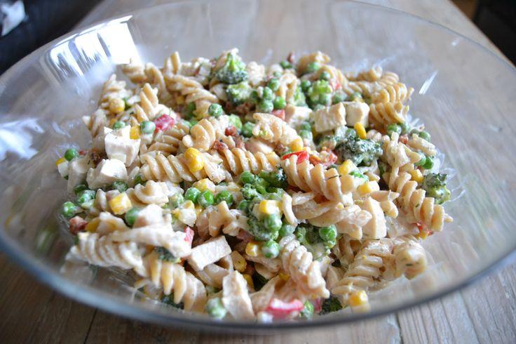 Super lækker opskrift på en cremet pastasalat med kylling, bacon og masser af grønt. Perfekt til både frokost, aftensmad og madpakker.