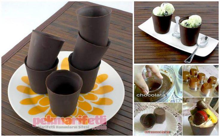 Çikolatadan kap yapımı   Mutfak   Pek Marifetli! Çikolatayı benmeri usulü eritip bardakları yarısına kadar çikolataya batırıyoruz. Ters kapatıp dolapta donmasını bekliyoruz. Donduktan sonra bardakları çıkartıyoruz.