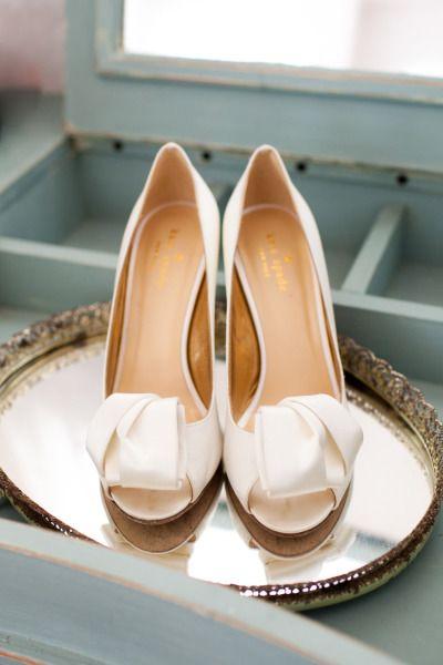 Sapatos brancos dão um toque de delicadeza e pureza à noiva. Ótimas opções para casamentos tradicionais e clássicos.