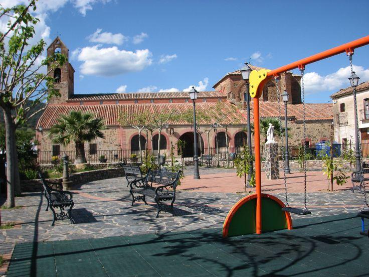 En la Plaza mayor de Alía encontramos espacio para los jóvenes y la iglesia de Santa Catalina, de estilo mudéjar,