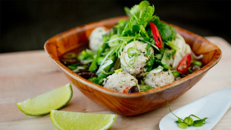 Varmende nudelsuppe med spicy kjøttboller - Mini-asparges kan erstattes med vanlig asparges. Fjern den nederste, trevlete delen. Skjær aspargesen i tynne skiver, men la toppene være hele.      La en bit sitrongress (knust med baksiden av en kniv) og en bit rød chili få koke med i buljongen.