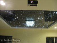 Oświetlenie dekoracyjne wnętrza - połączenie sufitu napinanego i oświetlenia światłowodowego
