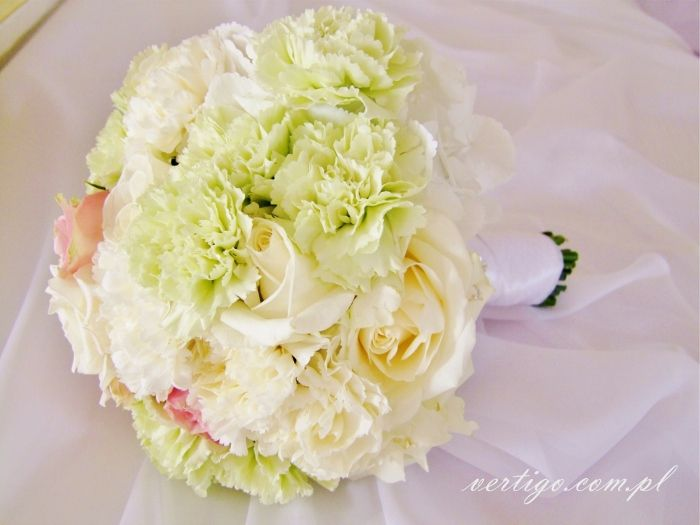 bright green, creamy and pink wedding bouquet of carnations, roses and hydrangeas, source: http://www.vertigo.com.pl/projekty/bukiety/