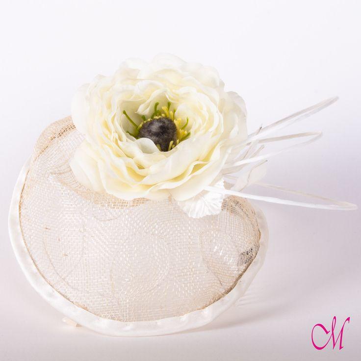 Tocado de novia en sinamay bordado con hilo, flor de tela y fibra blanca. www.monetatelier.com