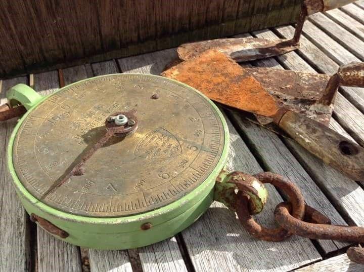 Retro. Rustik vægt i fin grøn farve. Interiør design. Vægten har et rustiks og industrielt look. Industrial vintage weight in light green.