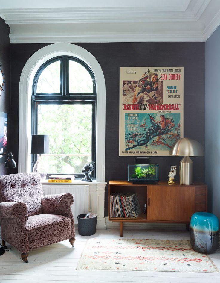 Norska inredaren Karina Holmen har målat sin 1800-talsvåning i Oslo med dova mättade färger, närmare bestämt olika grader av gråblått i olika rum. Ett enkelt, men effektivt inredningstips!