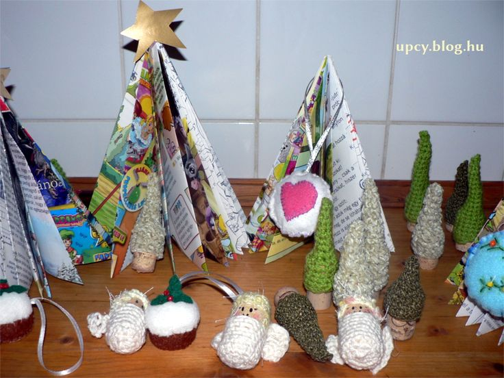 Christmas tree - recycled paper, crochet cork. Újság karácsonyfa, horgolt parafadugó karácsonyfa.