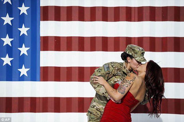 Ritorno dalla guerra, fa scalpore il bacio della soldatessa alla moglie