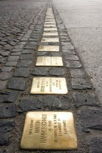 stolpersteine-Hay una tendencia creciente entre los alemanes dedicados a conmemorar el Holocausto de convertir a las víctimas judías en chivo expiatorio para criticar a los israelíes y avanzar la causa palestina.