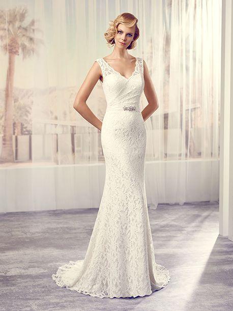 Trouwjurk van het merk Le Papillon by Modeca. Deze jurk is gemaakt van kant en heeft een tailleriem met enkele strass steentjes. De overslagtop heeft een diepe V-hals op de rug.