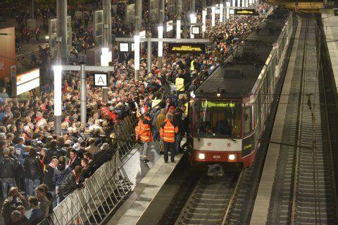 Chaotische Zustände auf dem Bahnsteig nach dem Schalke-Spiel: Tausende versuchen, in die Bahn zu gelangen.