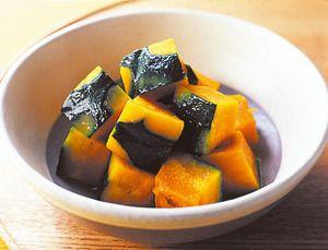 かぼちゃのバター煮       電子レンジで手軽にできる、簡単煮もの。 かぼちゃの甘みとバターの風味は相性◎。 料理: 小田真規子 撮影: 対馬一次   材料 (2人分) かぼちゃ(小) 1/8個(約200g) バター 塩 副菜  熱量 107kcal(1人分)  塩分 0.9g(1人分) 作り方 かぼちゃはスプーンで種とわたを取り除き、ところどころ皮をむいて2cm角に切る。 耐熱皿に皮目を下にして並べ、バター小さじ2、塩小さじ1/3、水1/4カップを加えてラップをふんわりとかける。電子レンジで約4分加熱し、ラップをはずして、スプーンで蒸し汁を全体に回しかけて味をなじませ、器に盛る。