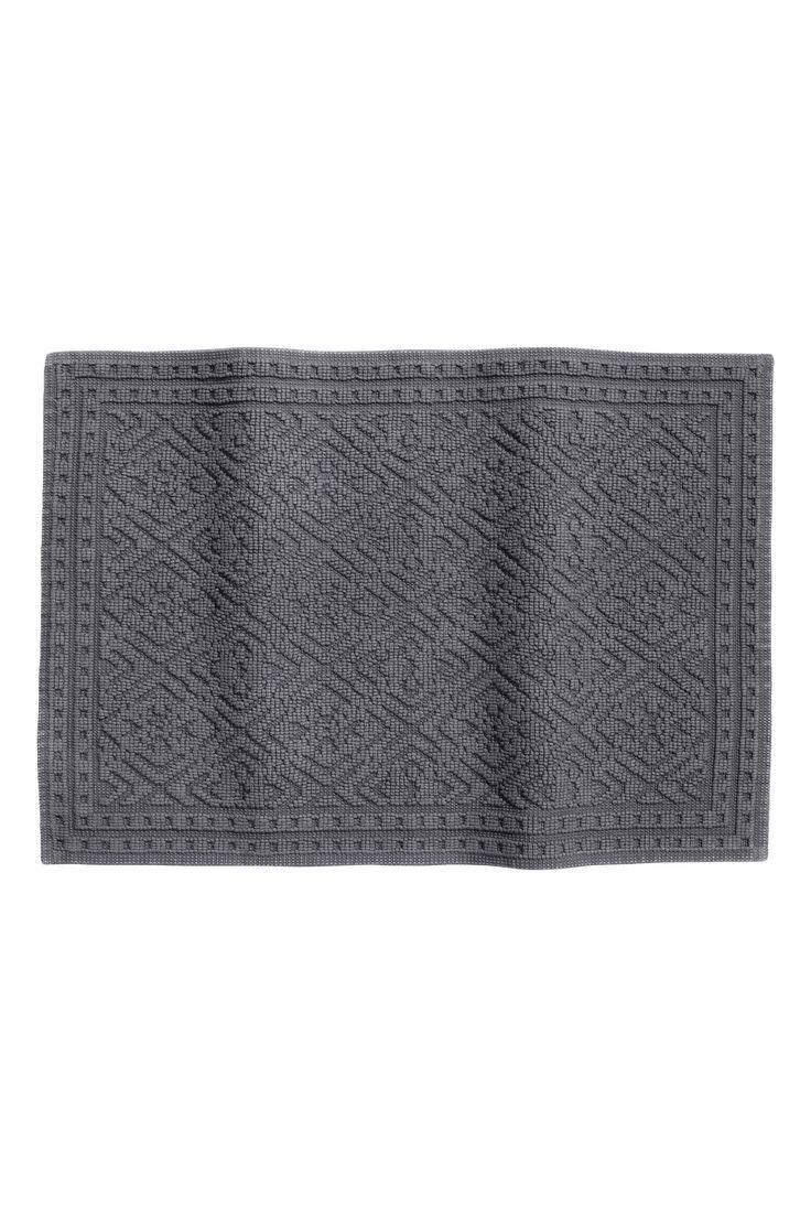 Жаккардовый коврик для ванной: Прямоугольный махровый коврик для ванной из плотной жаккардовой хлопковой ткани. На коврике снизу защита от скольжения. Не использовать на подогревающихся поверхностях.