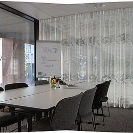 Konferencesal og mødefaciliteter har gardiner i design Granada, specialfarve sølv. Se hele Kurage' kollektion her: http://kurage.dk/gardiner/