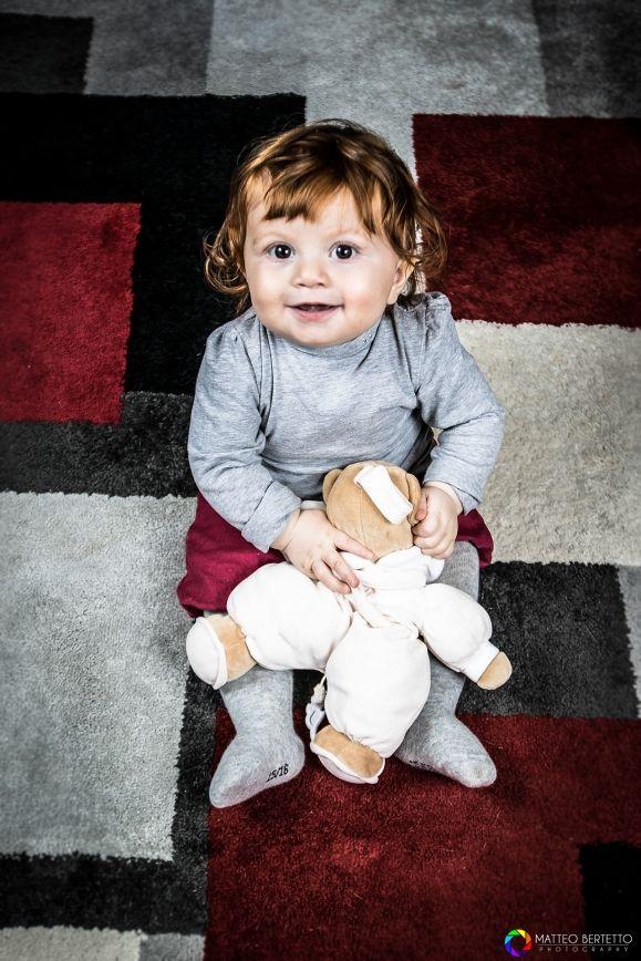 Nikonclub.it - 22 Corinne Ivan e Nicole #bambina #bambini #children #family #famiglia #tappeto #orsetto #pupazzo
