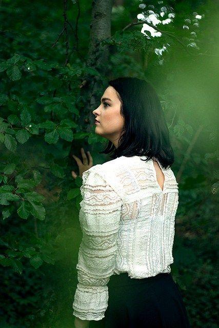 Idee/Inspiration für das Portrait einer Frau im Wald: Rückansicht, Hand an einem Baum    Frauenportrait – Fotoshooting – Shooting – Portraitfotograf…