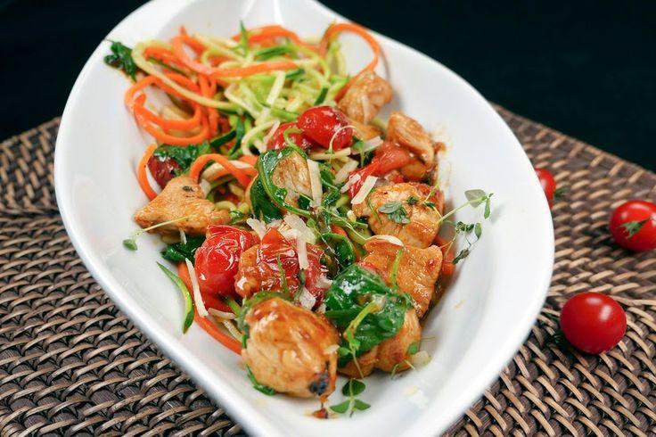 Gemüsenudeln mit Hähnchen, Rucola und Kirschtomaten Rezept