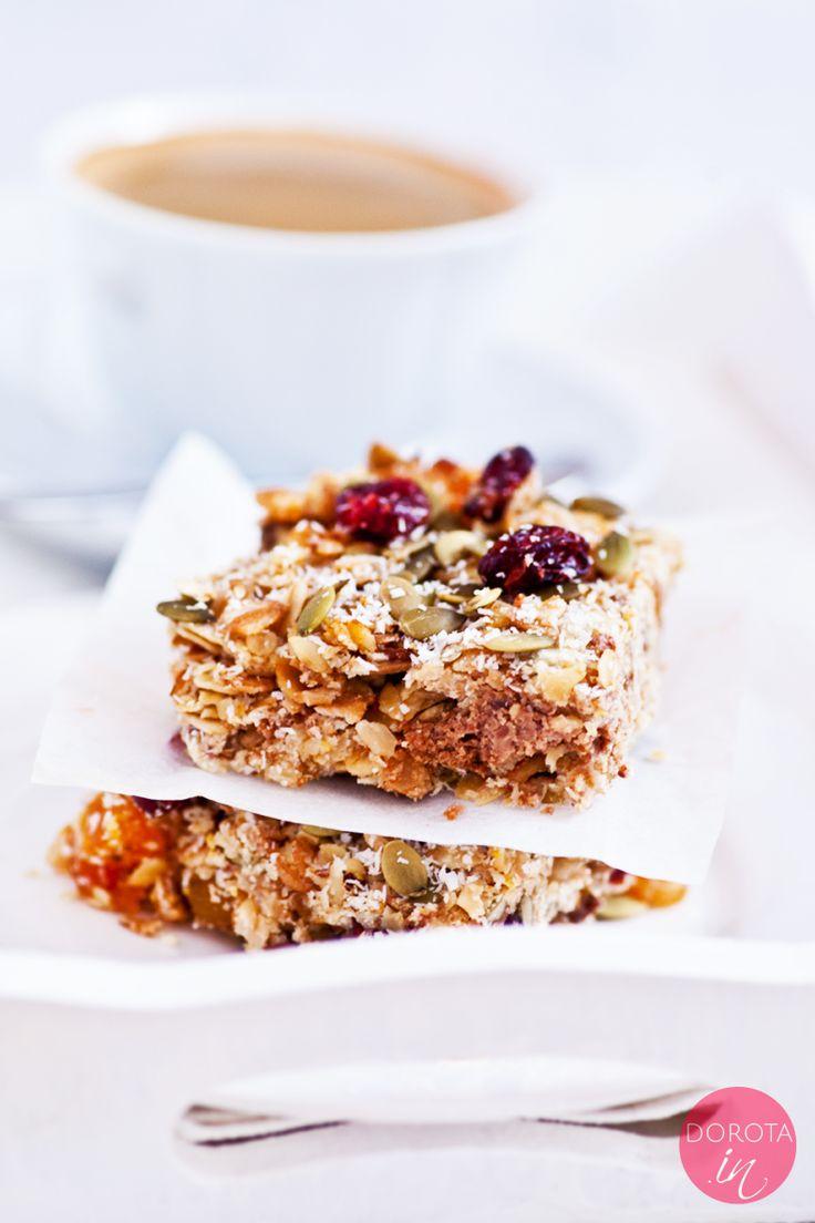 Flapjack, znany też jako ciasto granola bar czy oat bar. Popularny wypiek w UK, gdzie jada się go często jako śniadanie, popijając kawą. Pyszne i bogate w zdrowe składniki ciasto, ale uwaga - kalorii jednak ma sporo, więc warto zjeść tylko jedną porcję, np. na śniadanie lub po treningu.