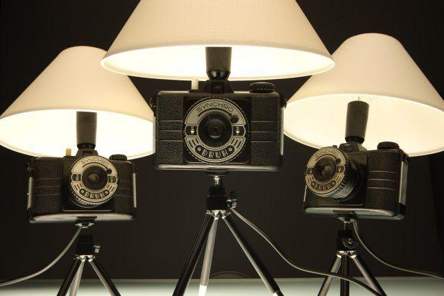 Lampka wykonana na bazie bakelitowego aparatu DRUH z lat 50-tych, symbolu nieistniejącego już polskiego przemysłu fotograficznego, zamocowanego na statywie fotograficznym 2-segmentowym. http://www.decobazaar.com/produkt-foto-lampka-druh-4162666.html