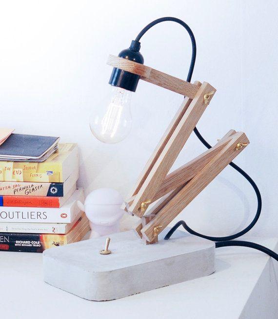Een mooie bureaublad lamp met blootgestelde lamp. Gemaakt met Zweedse eik en beton met messing details. Ziet er het beste met een Edison soort lamp. Lamp is niet inbegrepen.