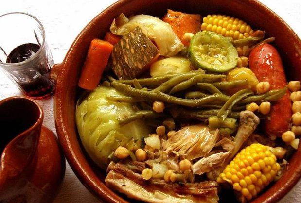 Puchero es una comida típica de Uruguay. Ideal para los días de invierno, esta popular comida. una comida de carnes de vaca, gallina y pollo cocinadas a la cacerola, acompañadas de papas, verduras, boniatos, choclos y muchas otras verduras. -DS
