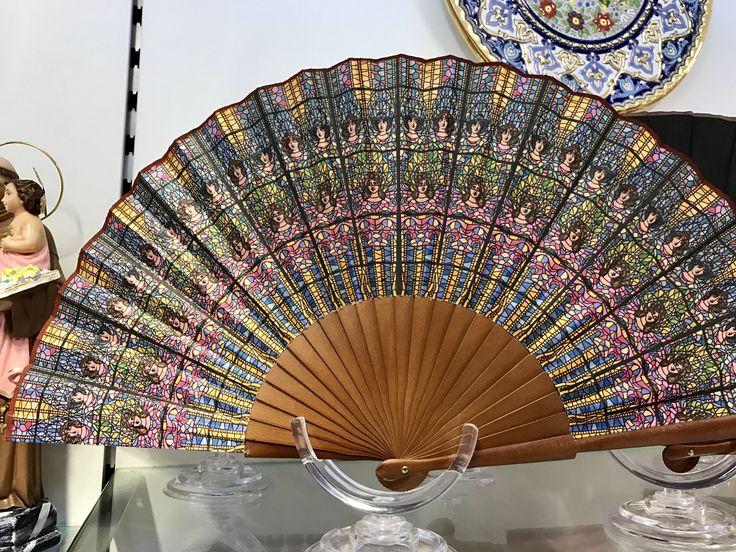 Este abanico tiene el diseño de cristales en el Palau de Música. Se puede encontrarlo en el techo sobre la etapa.