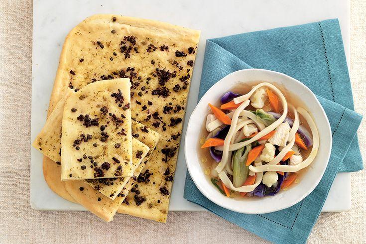 Tagliatelle di riso in brodo con verdure e pollo