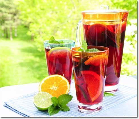 Yaz Sangriası:  1 adet küp kesilmiş çilek 1/6 adet küp kesilmiş armut 1/6 küp kesilmiş elma 1/6 küp kesilmiş kabuklu portakal 15 cl beyaz şarap  Küp kesilmiş çilek, armut, elma, portakal kabuğunu beyaz şarabın içine ekleyin. Damak tadınıza göre yeşil limon dilimleri de koyabilirsiniz.. Ağzı kapalı olarak 6 saat boyunca buzdolabında bekletin. Buz ekleyin ve sevdiklerinizle keyifli bir sohbetin tadını çıkarın!