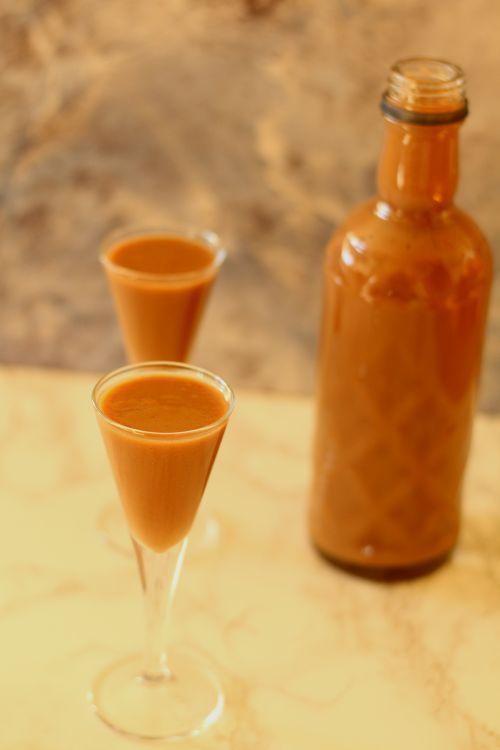 Likier toffifi : Likier Toffifi Thermomix Składniki na 700 ml: 125 g zamrożonych czekoladek Toffie 1 jajko 100 g brązowego cukru 300 g mleka 3.2% 200 g wódki lub spirytusu. Przepis na Likier toffifi