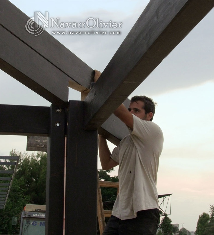 Montaje de viga principal de estructura de madera. navarrolivier.com  #construccion #carpinteria #chiringuito #cumbrera #carpintero #navarrolivier #bois #rooftop