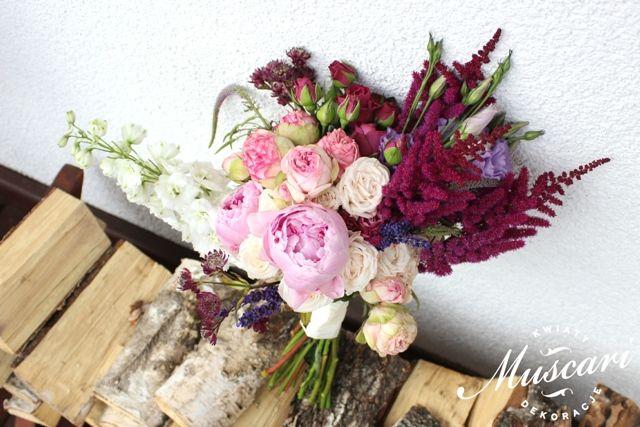 Fioletowo-różowy asymetryczny bukiet ślubny z piwoni i róż