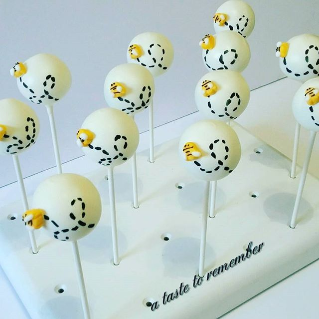 Loopty loop bee cake pops