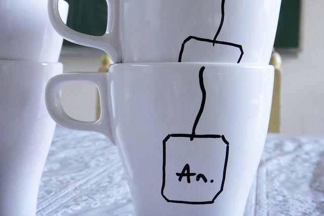 Porseleinen mok + porseleinstift = leuk cadeautje (eventueel nog vullen met koekjes en thee :-))