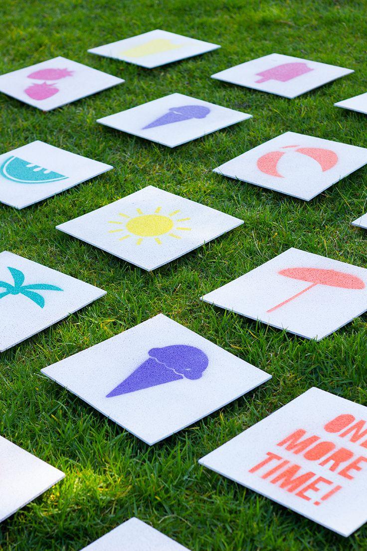 Reuzen Memory spel, leuk voor de zomer buiten in het gras. Je kan het makkelijk maken van kurk tegels die je zo bij de bouwmarkt kan kopen. Maak er wat leuke dubbele figuurtjes op en spelen maar. (www.opvoedproducten.nl)