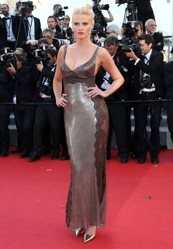 Versace'deki Lara Stone, Cannes Film Festivali'nde. # Cannes2015 # elbise # LaraStone # …