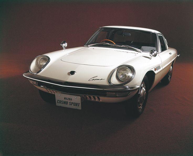 1967年 コスモスポーツ / Cosmosports   世界初の2 ローター・ロータリーエンジンを搭載した量産車「コスモスポーツ」が公の場にその姿を現したのは、1963 年10 月の東京モーターショー。美しく未来的なプロポーションに、優れた走行性能。「乗るというより、飛ぶ感じ」という言葉をまさに具現化した車であった。