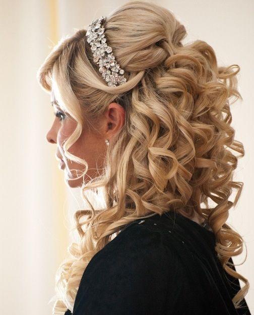 Semi-recogido romántico con rizos y tiara de pedrería