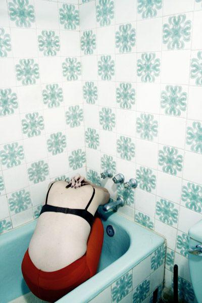 sottomentitespoglie:    deadgirls:    Bathroom Stories 3 by ~nebulaskin on deviantART (via madochab)    (via 7h)